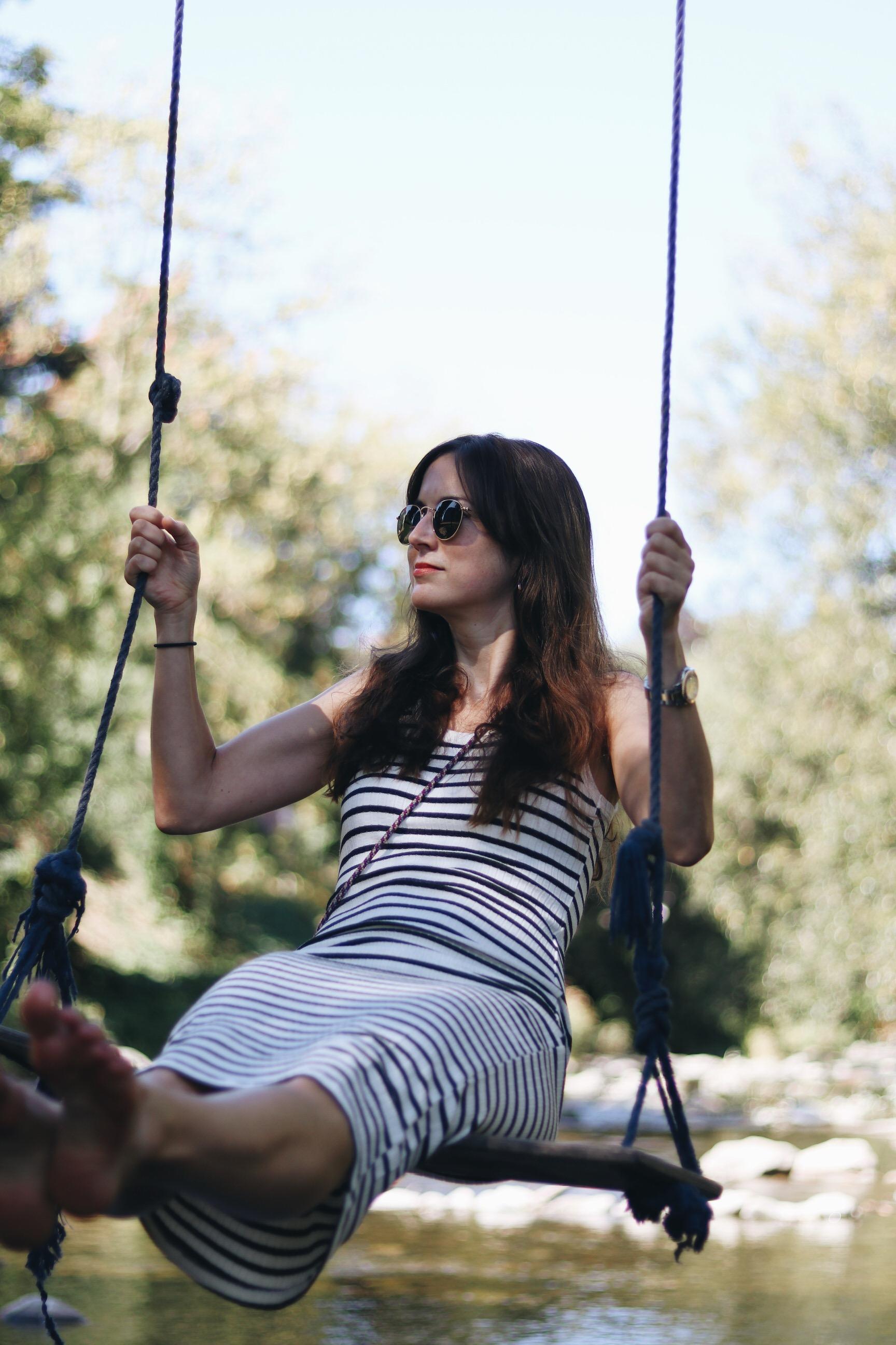 Modebloggerin Neele Freiburg Streifenkleid schwarz weiss Sommeroutfit Midikleid