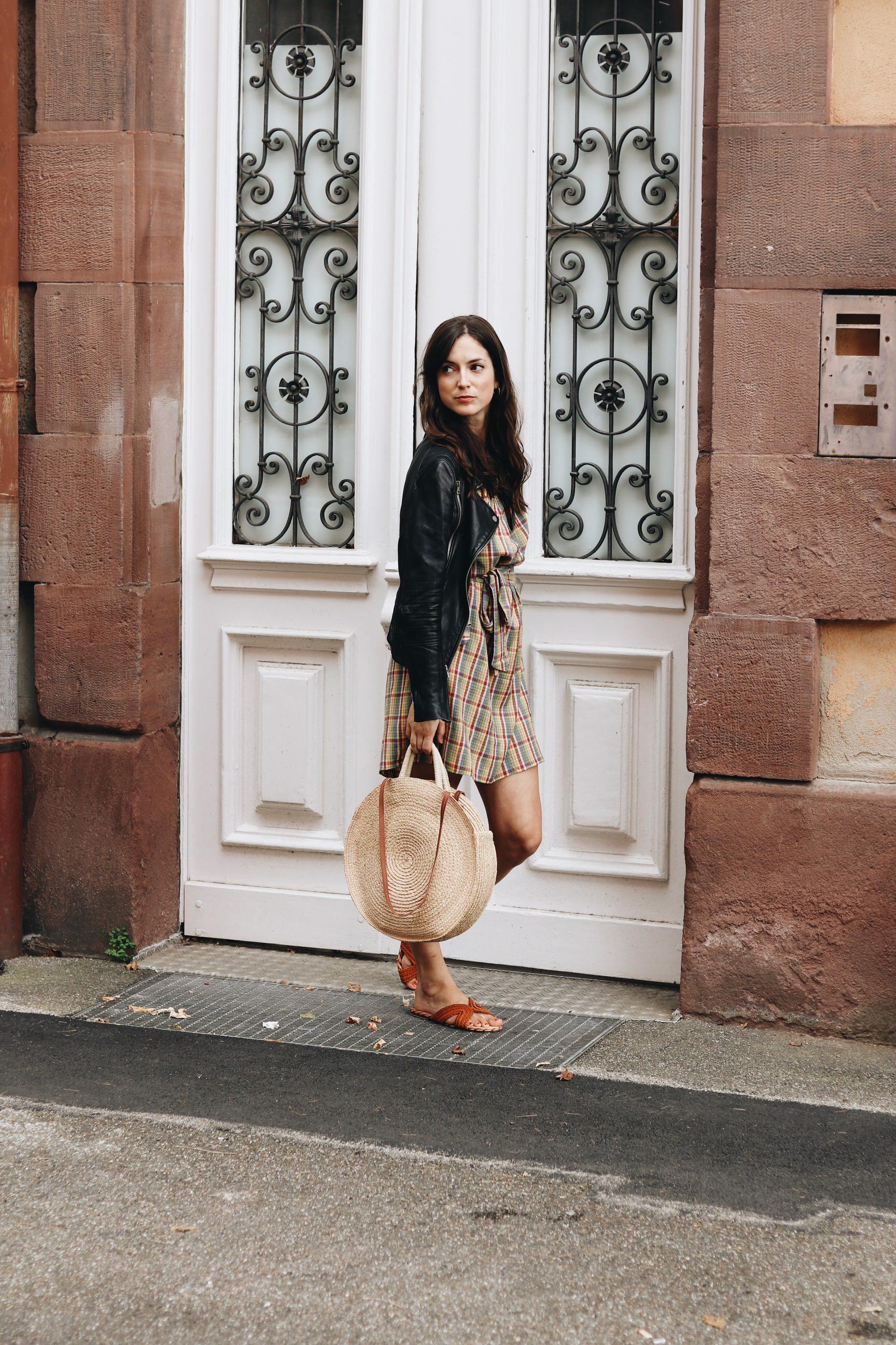 Fair Fashion Outfit Blog nachhaltig Korbtasche Lederjacke schwarz Fransen Modeblog