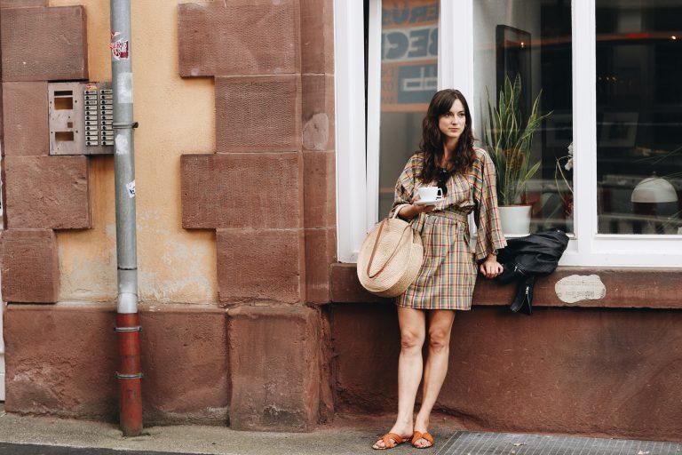 Modeblog Outfit Sommer Fair Fashion Kleid French Chic Korbtasche rund Karomuster Blog