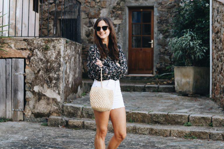Fair Fashion Modetrends Modeblog Outfit Sommer Bluse weisse shorts Korbtasche Modebloggerin Fashionblog