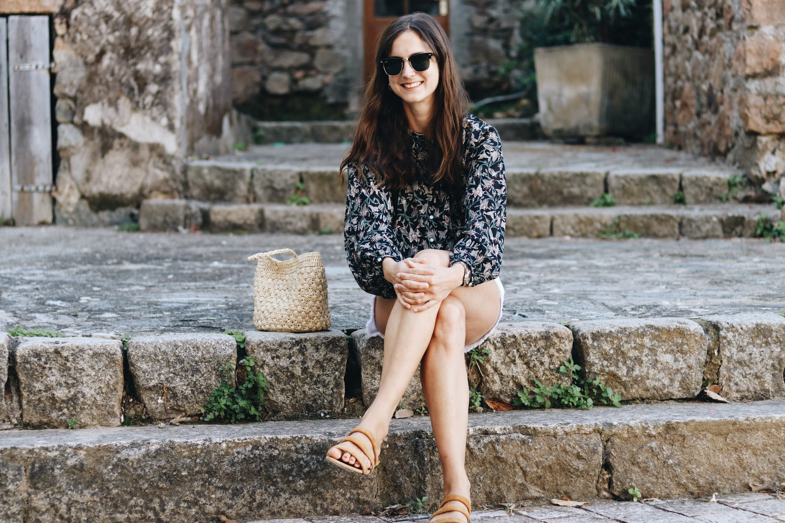 French Chic Modeblog Modebloggerin Sommer Outfit Bluse Fair Fashion Korbtasche Rouje Ray Ban