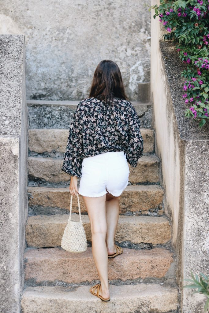 French Chic Outfit Modebloggerin Fashionblog Tunika fair fashion weisse shorts Korbtasche