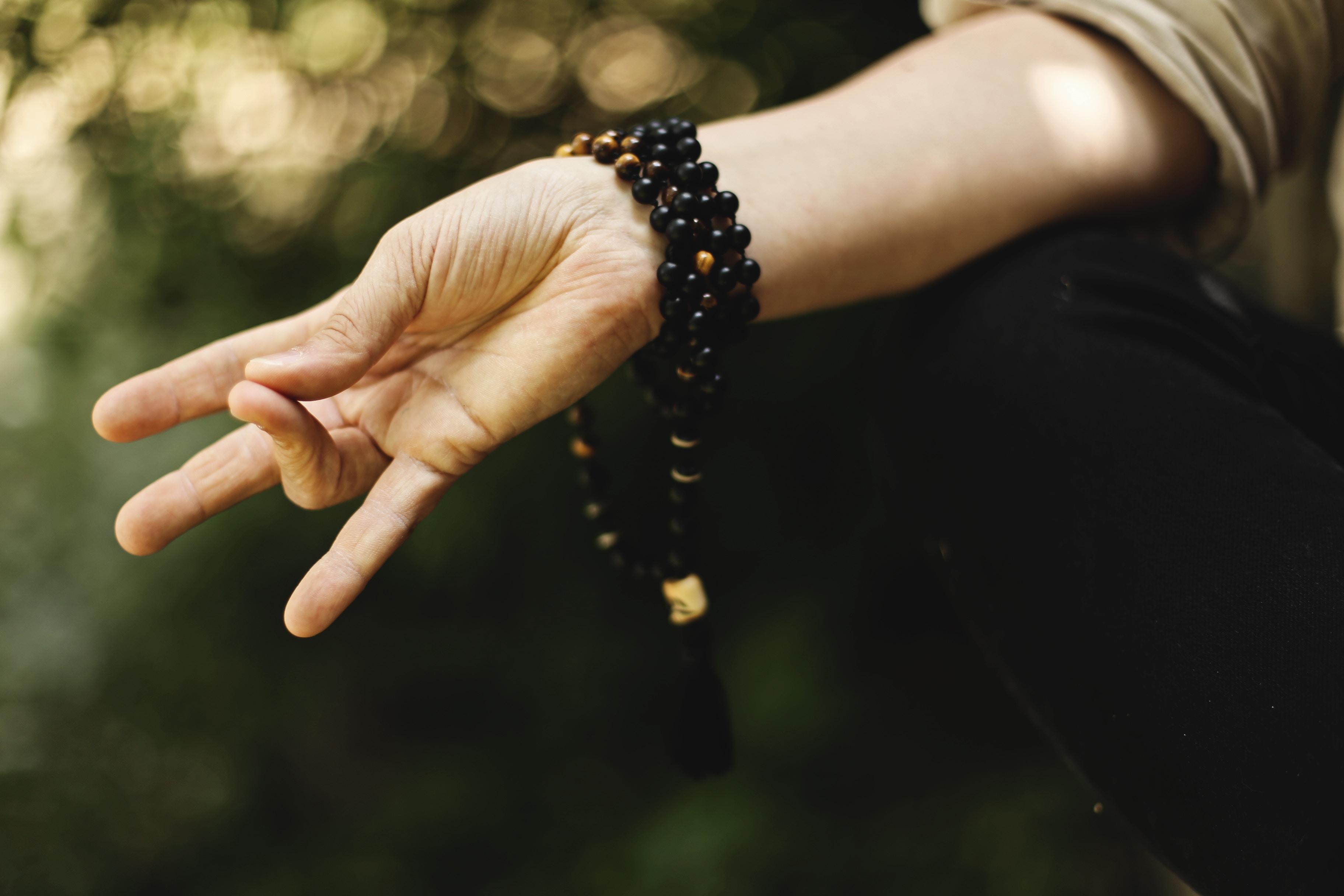Tipps für wachen Start in den Tag Meditieren Yoga kalte Dusche